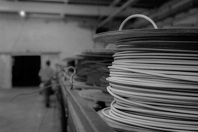 Bobines de fils électrique servant à fabriquer les pieuvres dans l'atelier Pil Top