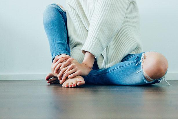Jeune femme assise sur parquet avec plancher chauffant