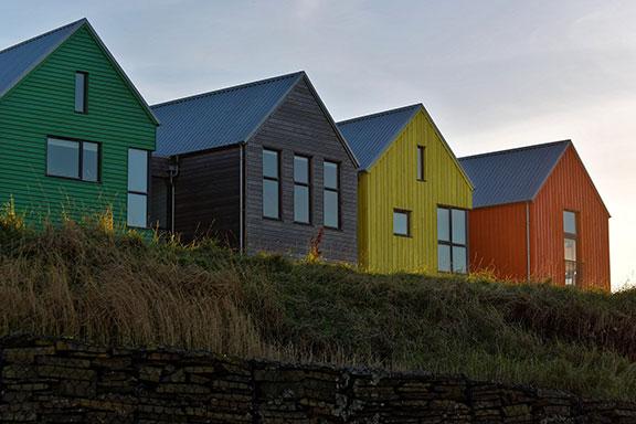 maisons multicolores en bord de mer pouvant intégrer une aspiration centralisée